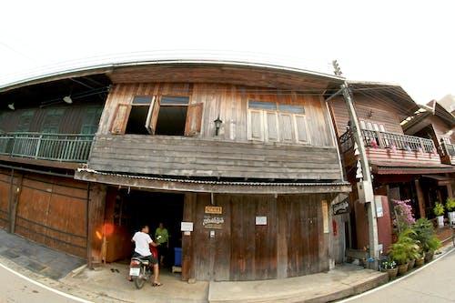 Foto stok gratis Arsitektur, balkon, eksterior, jalan