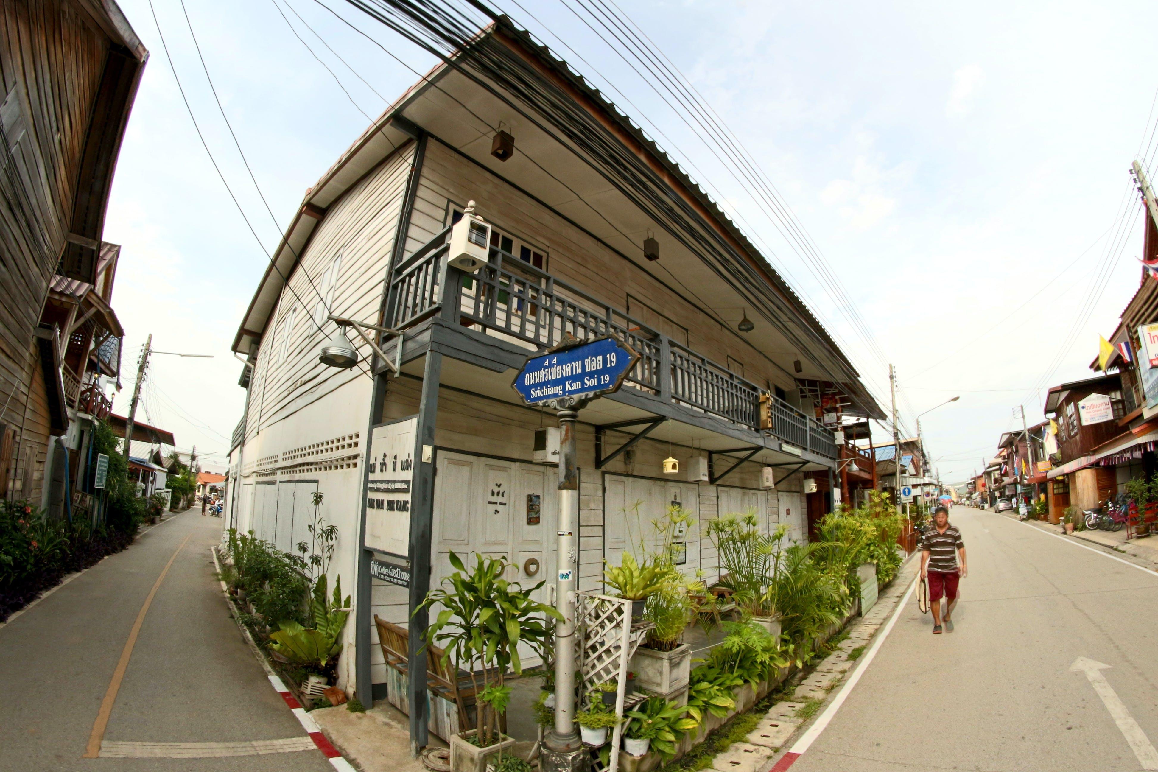 Gratis lagerfoto af arkitektur, balkon, butikker, dagslys