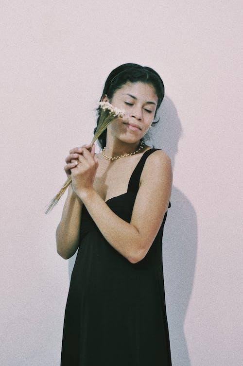 Gratis stockfoto met 20-25 jaar oude vrouw, analoge fotografie, vrouwelijk portret, zwarte jurk