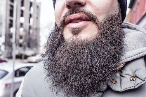 Foto profissional grátis de adulto, barba cheia, bigode, cidade