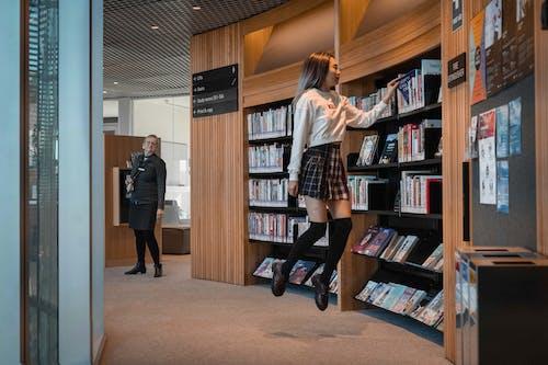 Photos gratuites de bibliothèque, connaissances, flotter