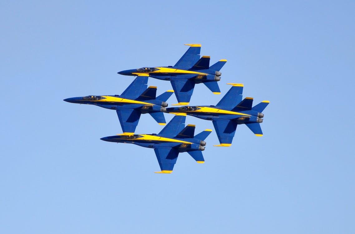 藍色和黃色的戰鬥機展覽