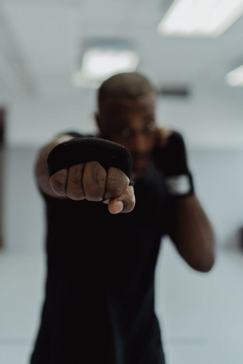 Fotos de stock gratuitas de adentro, adulto, boxeando
