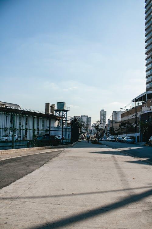Gratis stockfoto met architectuur, autoracen, bedrijf, binnenstad