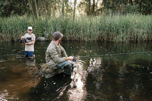 Ilmainen kuvapankkikuva tunnisteilla järvi, joki, kaisla, kaksi henkilöä