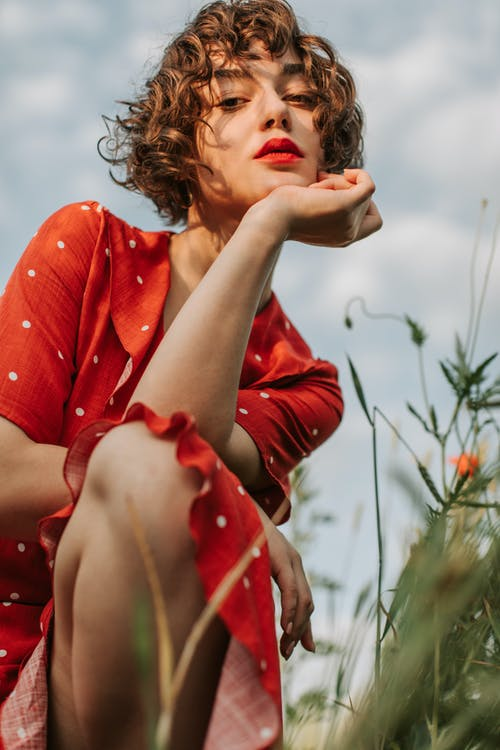 Kostnadsfri bild av 20-25 år gammal kvinna, blomma, fält, festival