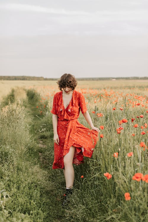 Kostnadsfri bild av 20-25 år gammal kvinna, åkermark, barn, blomma