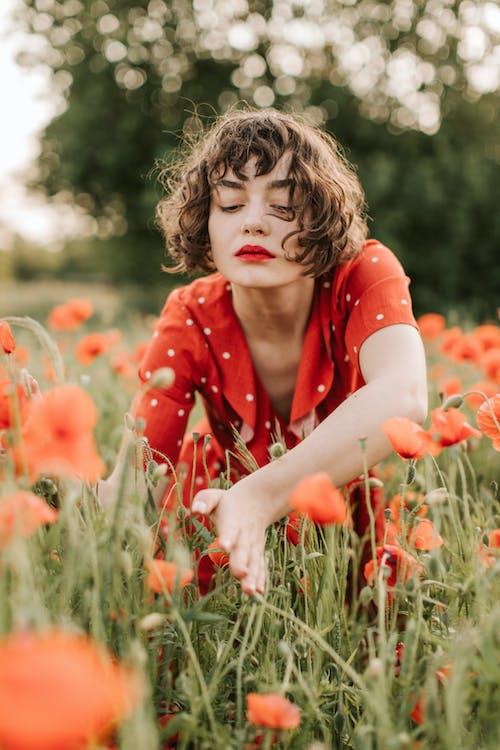 Kostnadsfri bild av 20-25 år gammal kvinna, barn, blomma, fält