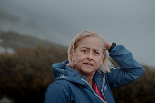 Gratis stockfoto met bejaarden, blauwe jas, buiten, buitenshuis