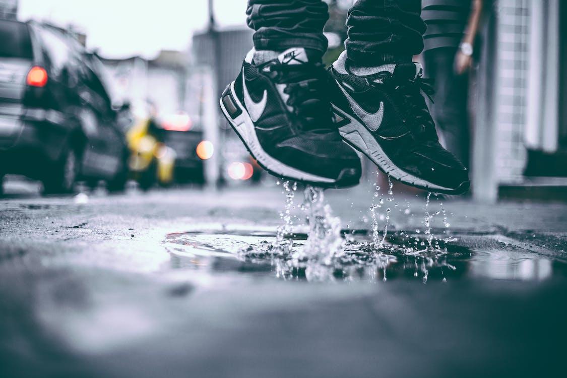 água, borrifar, calçados