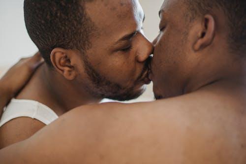 Immagine gratuita di affetto, amore, baciando