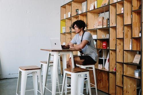 Hombre De Camiseta Gris Con Macbook