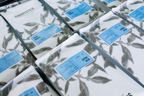 Witte En Blauwe Kaarten Op Wit En Zwart Textiel