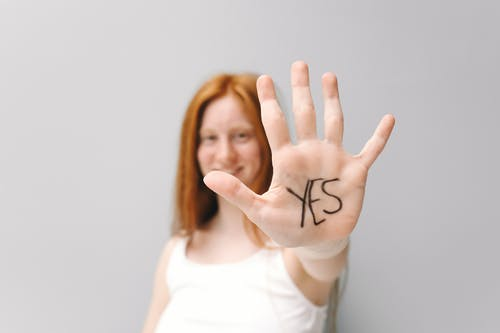 Foto stok gratis berambut merah, berbasis teks, fokus selektif