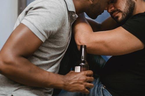 Kostenloses Stock Foto zu bier, drinnen, erholung, erwachsener