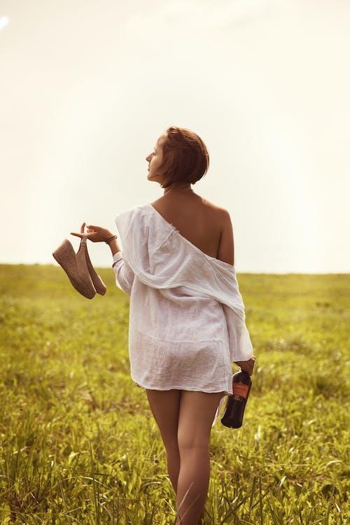 Immagine gratuita di a piedi nudi, abbronzato, affascinante