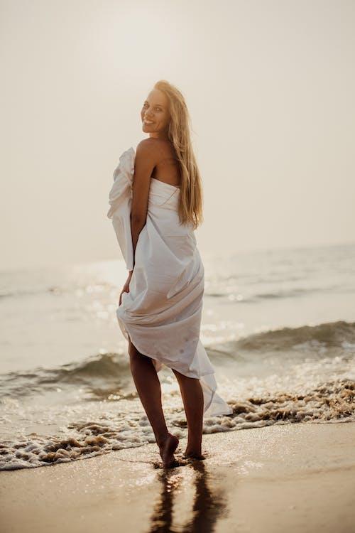 Mulher De Vestido Branco Em Pé Na Praia