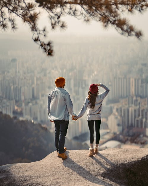 Δωρεάν στοκ φωτογραφιών με βουνοκορφή, ζευγάρι, ζευγάρι κρατώντας τα χέρια