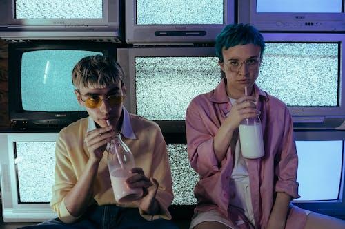 Foto profissional grátis de adolescentes, aparelho de televisão, bebida