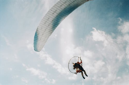 Gratis arkivbilde med eventyr, fallskjerm, fallskjermhopping, fly
