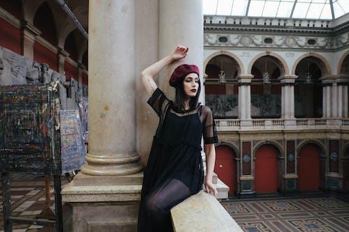 Darmowe zdjęcie z galerii z balkon, beret, budynek, czarny
