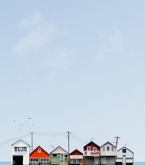 Darmowe zdjęcie z galerii z architektura, błękitne niebo, budynek, dach