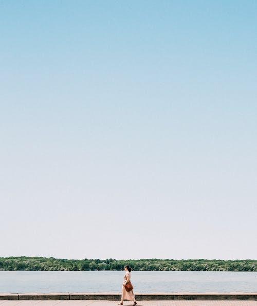 Darmowe zdjęcie z galerii z 20-25 latka, błękitne niebo, chodzenie, chodzić samemu