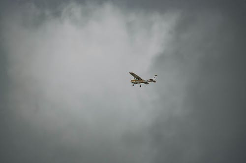 Δωρεάν στοκ φωτογραφιών με αεροπλάνο κόλπων, κοιτάζοντας τον ουρανό, μόνος