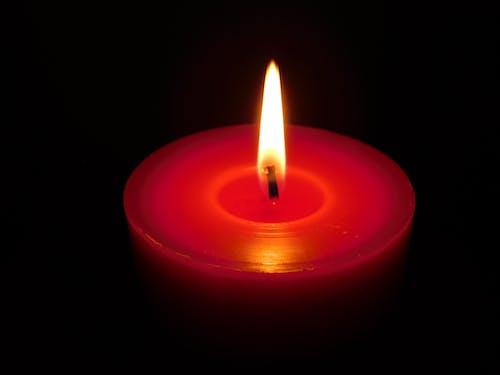 赤いろうそくの光の無料の写真素材