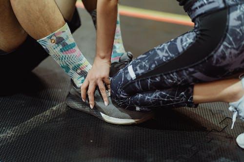 Fotos de stock gratuitas de arrodillado, calzado, pies