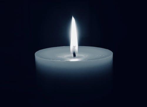 炎と暗いキャンドルの無料の写真素材
