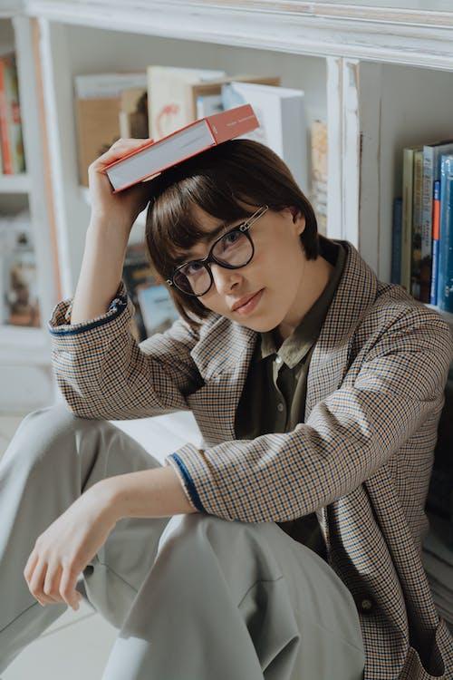Wanita Dengan Kemeja Kotak Kotak Putih Dan Hitam Memegang Komputer Tablet Merah