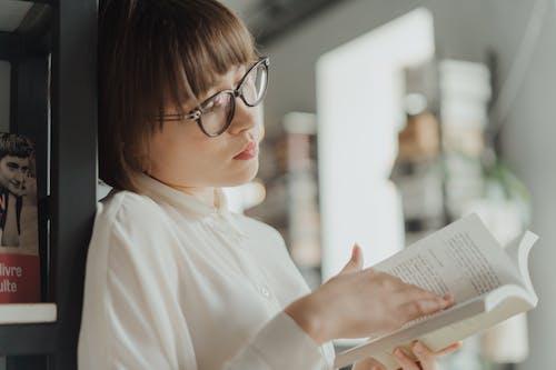 Mujer, En, Camisa De Vestir Blanca, Llevando, Lentes, Libro De Lectura