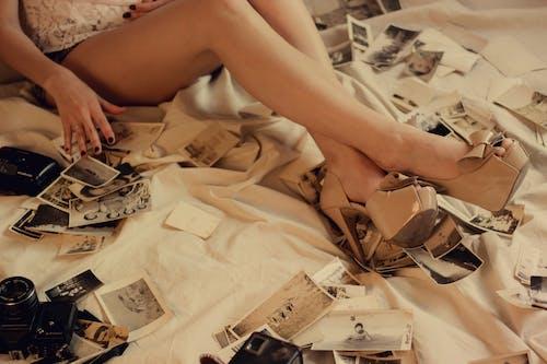 Бесплатное стоковое фото с беспорядочный, в помещении, высокие каблуки