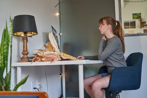Foto profissional grátis de adulto, assento, banco, cadeira