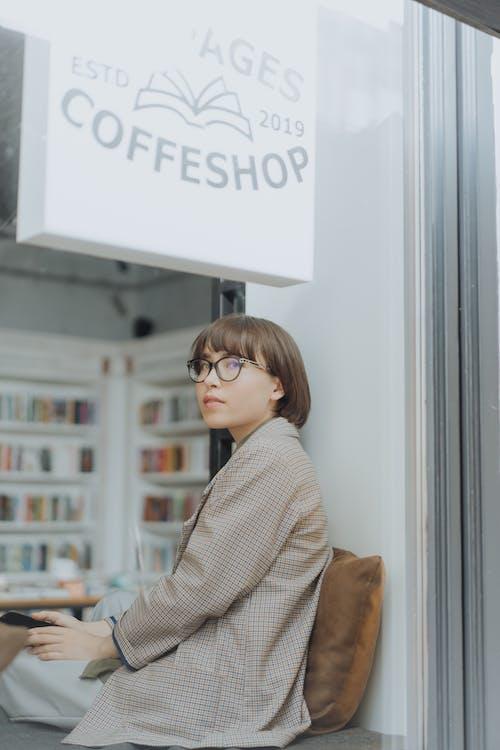 женщина в серо черной клетчатой классической рубашке в очках в черной оправе