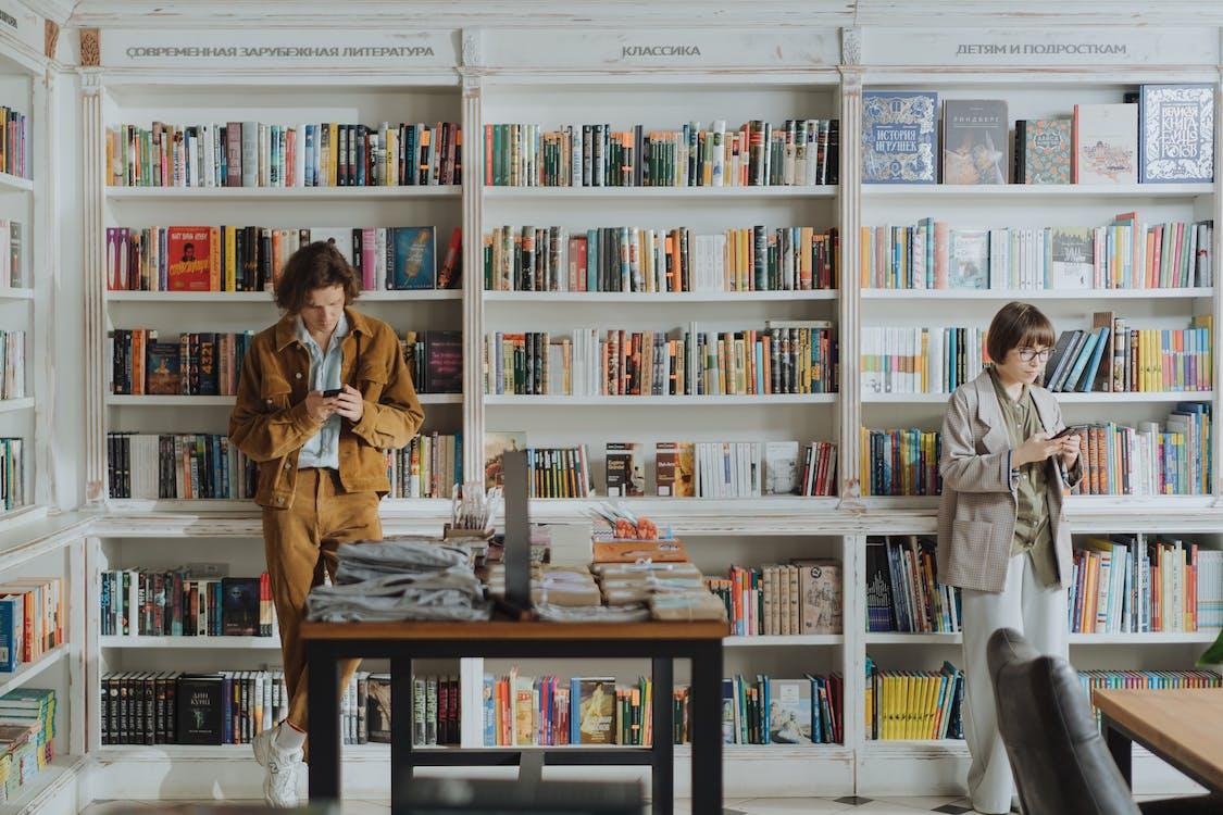 两个人, 书架, 人
