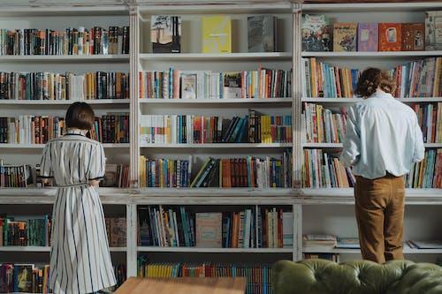 Základová fotografie zdarma na téma anonymní, čtečka, čtení, dvě osoby