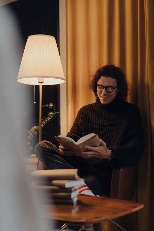 Livro De Leitura De Mulher De Suéter Preto