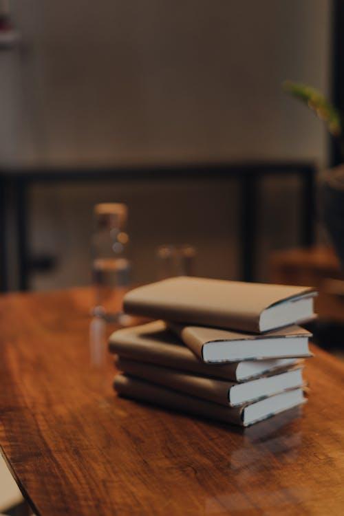 木製のテーブルに置かれた本のスタック