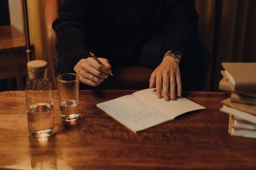 Persoon In Zwart Shirt Met Lange Mouwen Met Wit Papier