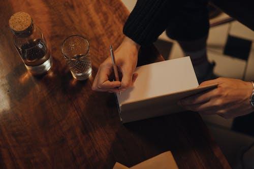 Persoon Schrijven Op Wit Papier