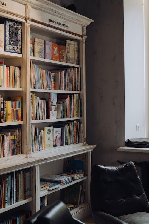 Libros En Estante De Madera Marrón
