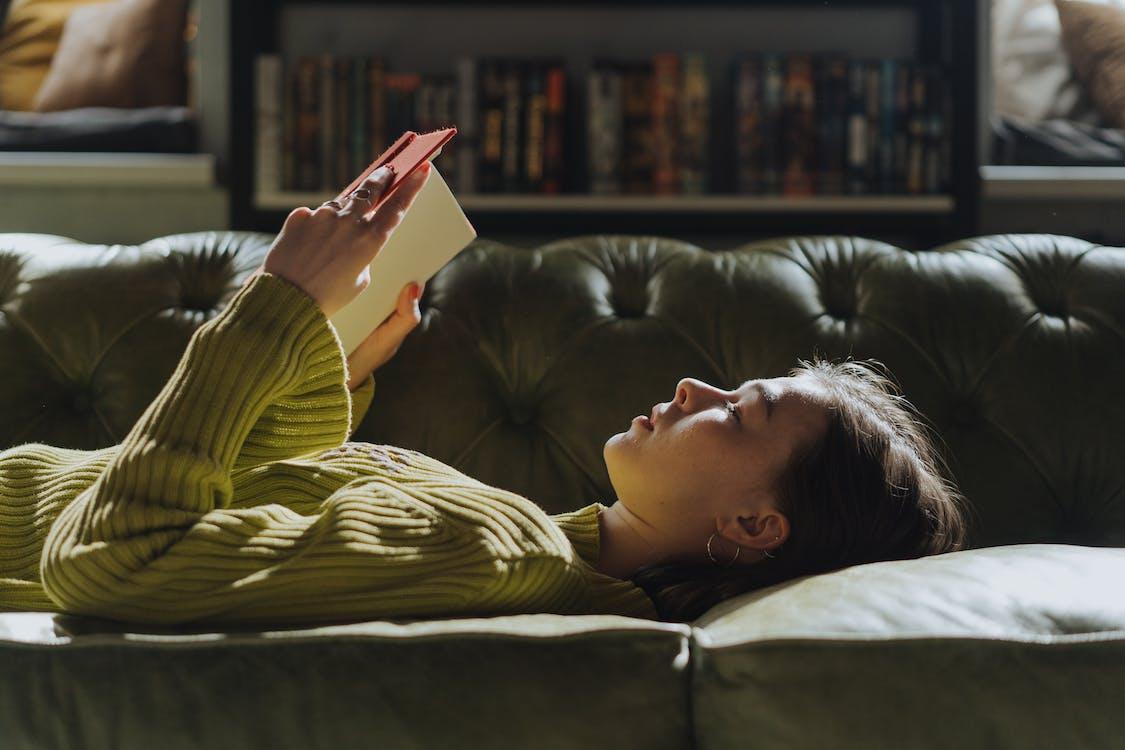 躺在沙發上的黃色長袖襯衫的女人