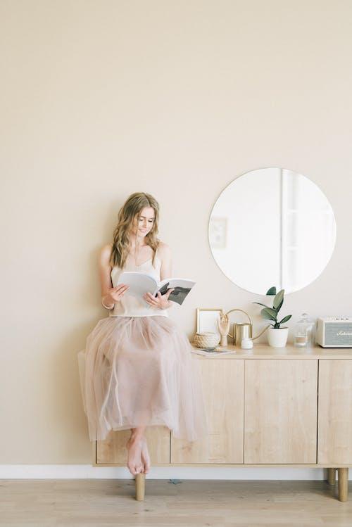 Wanita Berbusana Membaca