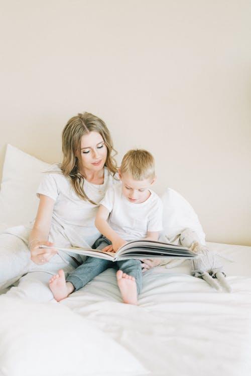 Fotobanka sbezplatnými fotkami na tému blond, čítanie, dieťa, domov