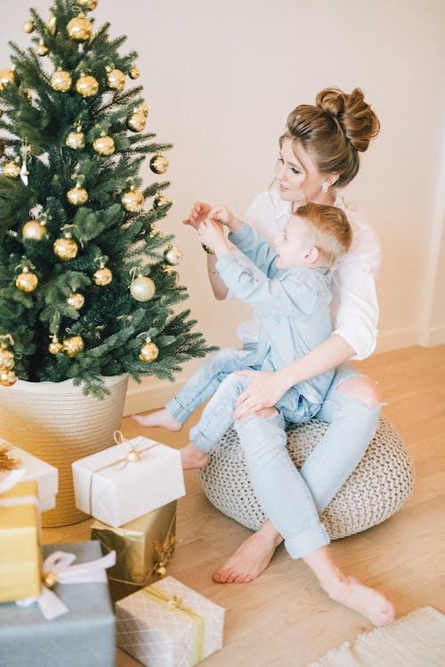 Fotos de stock gratuitas de adentro, alegría, amor, árbol de Navidad