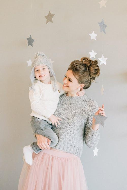 Donna Che Porta Il Suo Bambino