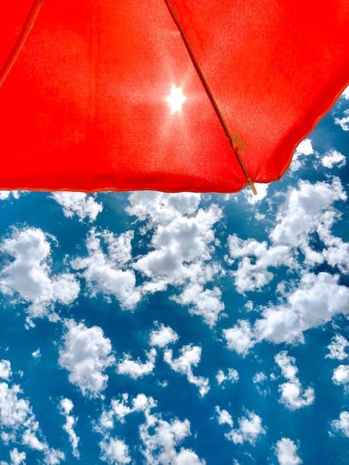 bulutlar, Mavi gökyüzü, plaj, plaj şapkası içeren Ücretsiz stok fotoğraf