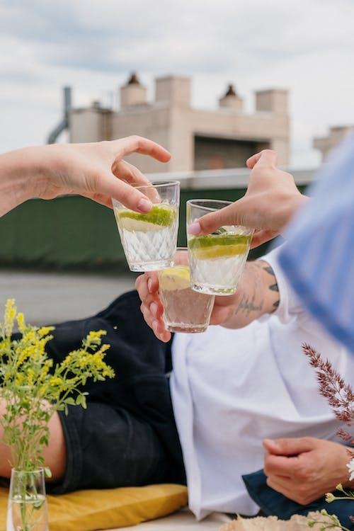 Foto profissional grátis de álcool, alegria, amigos